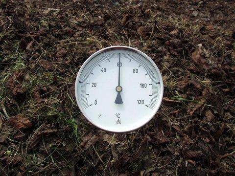 Dobre namiešaná zmes materiálov z jesennej záhrady rýchlo zvýši teplotu v kompos